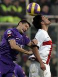 <p>un'immagine della partita Inter-Fiorentina, nella foto Luis Antonio Jimenez dell'Inter salta assieme al calciatore della Fiorentina, Alessandro Gamberini. REUTERS/Marco Bucco</p>