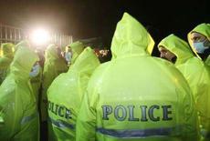 <p>Сотрудники грузинской полиции у здания оппозиционного телеканала Имеди в Тбилиси 7 ноября 2007 года. Власти Грузии распорядились возобновить вещание оппозиционного телеканала Имеди, как того требовали Запад и оппозиция. (REUTERS/David Mdzinarishvili)</p>