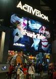 <p>Activision s'attend à entre 50 et 100 millions de dollars de synergies à la suite de l'accord avec Vivendi. Ce dernier a annoncé dimanche la fusion de sa division de jeux vidéo avec Activision pour donner naissance à Activision Blizzard dont il détiendra 52%. /Photo d'archives/REUTERS/Fred Prouser</p>