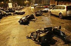 <p>Motorini distrutti di fronte allo Stadio Olimpico di Roma dopo gli scontri dell'11 novembre scorso. REUTERS/Tony Gentile (ITALY)</p>