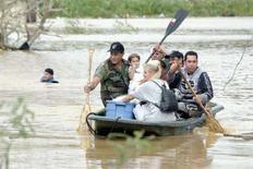 <p>Civili tratti in salvo dopo una tempesta tropicale a Puero Rico. REUTERS/Ana Martinez AM/GN</p>