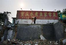 <p>Un operaio al lavoro a Pechino. REUTERS/David Gray</p>