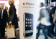 <p>T-Mobile, la filiale mobile de Deutsche Telekom, peut proposer un abonnement aux acheteurs de l'iPhone et vendre l'appareil avec une carte SIM bloquée, a décidé mardi un tribunal de Hambourg. /Photo pris le 9 novembre 2007/REUTERS/Ina Fassbender</p>