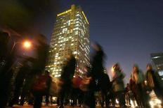 <p>Люди на улицах ночного Пекина 4 декабря 2007 года. Население Китая к 2033 году увеличится до 1,5 миллиарда человек, поскольку ожидается, что рождаемость резко вырастет в ближайшие пять лет, сообщили во вторник китайские СМИ. (REUTERS/Jason Lee)</p>