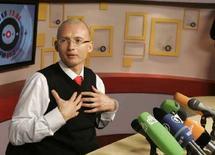 """<p>Бизнесмен Олег Шварцман дает интервью радиостанции """"Эхо Москвы"""" в Москве 4 декабря 2007 года. Бизнесмен Олег Шварцман, озвучивший в интервью газете """"Коммерсантъ"""" механизм """"бархатной реприватизации"""" с участием силовых структур, сказал во вторник, что его слова в статье приведены верно, но интерпретация искажена. (REUTERS/Alexander Natruskin)</p>"""