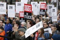 <p>Una manifestazione di supporto allo sciopero degli autori a New York il 27 novembre. REUTERS/Lucas Jackson (UNITED STATES)</p>