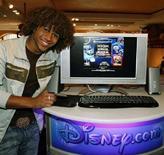 <p>L'idolo delle teenager Corbin Bleu mostra la propria pagina web sul sito Disney.com. REUTERS/Disney.com/Ray Stubblebine/Handout</p>