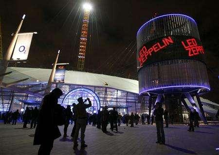 Fans arrive at the O2 Arena venue in south east London, December 10, 2007. REUTERS/Toby Melville