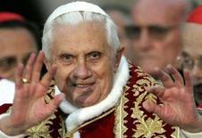 <p>Il Papa durante una preghiera. REUTERS/Dario Pignatelli (ITALY)</p>