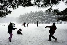 <p>Alcuni ragazzi giocano a palle di neve. REUTERS/Brian Snyder (UNITED STATES)</p>