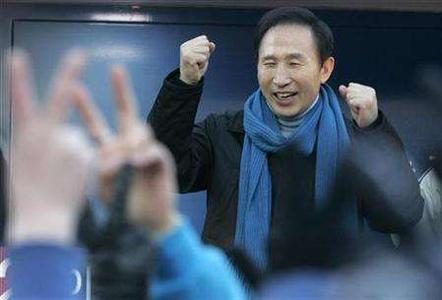 Lee Myung-bak, the presidential candidate of South Korea's main opposition Grand National Party, reacts as his supporters shout his name during the presidential election campaign in Incheon, west of Seoul, December 4, 2007. REUTERS/Han Jae-Ho