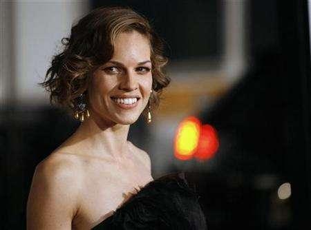 Cast member Hilary Swank poses at the premiere of ''P.S. I Love You'' at the Grauman's Chinese theatre in Hollywood, California December 9, 2007. The movie opens in the U.S. on December 21. REUTERS/Mario Anzuoni