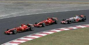 <p>Le due Ferrari di Massa e Raikkonen davanti alla McLaren di Hamilton al Gran Premio del Brasile, ultima gara della scorsa stagione. REUTERS/Paulo Whitaker</p>