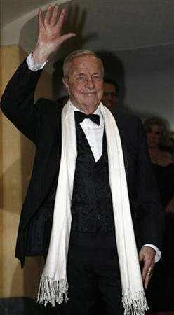 Italian movie director Franco Zeffirelli waves at La Scala opera house in Milan December 7, 2006. REUTERS/Stefano Rellandini