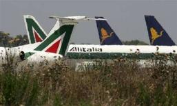 <p>Aerei Alitalia e Air One a Fiumicino. REUTERS/Alessandro Bianchi (ITALY)</p>