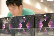 <p>In vendita alcune confezioni di Mac OS X 10.5 Leopard. REUTERS/T.Z. Wong</p>