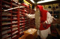<p>Babbo Natale sistema le letterine al Santa Claus' Village di Rovaniemi, in Finlandia. REUTERS/Bob Strong</p>