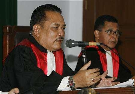 Indonesian judge I Ketut Manika (L) talks during the trial of the local unit of Newmont Mining Corp. in South Jakarta court December 18, 2007. The Indonesian court has cleared the local unit of Newmont Mining Corp. over pollution allegations filed in a civil case by an environmental group, the chief judge said on Tuesday. REUTERS/Crack Palinggi