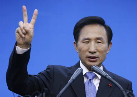 Lee Myung-bak of the conservative main opposition Grand National Party (GNP) gestures his election number during a news conference at the GNP headquarters in Seoul December 18, 2007. REUTERS/Jo Yong-Hak