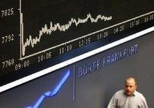 <p>Francoforte: il tabellone dell'indice DAX, il più importante della Borsa tedesca, in una foto dell'ottobre scorso. REUTERS/Alex Grimm</p>