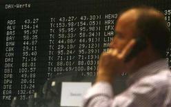 <p>Un trader al lavoro alla borsa di Francoforte. REUTERS/Alex Grimm</p>