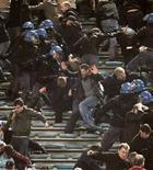 <p>Un'immagine degli scontri tra polizia e tifosi durante la partita Roma Manchester. REUTERS/Tony Gentile</p>