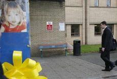 <p>Gerry McCann, padre della bimba britannica scomparsa in Portogallo, va al lavoro al Glenfield Hospital di Leicester, nell'Inghilterra centrale, dove un'immagine di Madeleine ricorda che le ricerche della piccola sono in corso. REUTERS/Darren Staples</p>