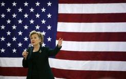 <p>La candidature à l'investiture du parti démocrate pour l'élection présidentielle de 2008 Hillary Clinton a invité les électeurs de l'Iowa à la soutenir, mais s'est trompée de date, en leur enjoignant de participer au caucus le 14 janvier au lieu du 3. /Photo prise le 23 décembre 2007/REUTERS/Jim Young</p>