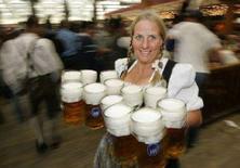 <p>Официантка несет 12 кружек с пивом посетителям традиционного 174-го пивного фестиваля Октоберфест в Мюнхене, Германия. 7 октября 2007 года. Жители Германии теряют вкус к пиву, сообщает Ассоциация пивоваров страны. (REUTERS/Michaela Rehle)</p>