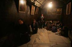 <p>Alcuni fedeli nella chiesa della Natività a Betlemme REUTERS/Nayef Hashlamoun</p>