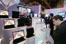 <p>Alcune tv con schermi Oled in uno stand a Las Vegas. REUTERS/Steve Marcus (UNITED STATES)</p>