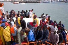<p>Alcuni immigrati clandestini su un'imbarcazione. REUTERS/Borja Suarez</p>