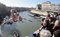 <p>Marco Fois si lancia dal ponte Cavour nel Tevere per il tradizionale tuffo di inizio anno a Roma, 1 gennaio 2008. REUTERS/Chris Helgren</p>