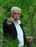<p>Архивное фото грузинского медиа-магната Бадри Патаркацишвили в саду его дома в Тбилиси, июнь 2005 года. Опальный грузинский медиамагнат Бадри Патаркацишвили изменил недавнее решение и примет участие в досрочных президентских выборах, назначенных на 5 января, сказала Рейтер пресс- секретарь Патаркацишвили Элисо Киладзе. (REUTERS/Stringer/Files)</p>