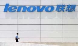 <p>Le constructeur informatique chinois Lenovo a présenté ses trois premiers portables destinés aux particuliers aux Etats-Unis, qui seront commercialisés sous la marque IdeaPad et grâce auxquels Lenovo compte conquérir des parts de marché. /Photo d'archives/REUTERS/Aly Song</p>