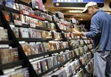 <p>L'industrie musicale aux États-Unis a enregistré un nouveau plongeon des ventes d'albums (-15%) en 2007, montrent les chiffres publiés par l'institut spécialisé Nielsen SoundScan. Les ventes totales, comprenant les albums, les singles et les morceaux vendus en ligne, ont tout de même augmenté de 14% à 1,4 milliard d'unités, après une hausse de 19% en 2006. /Photo prise le 26 novembre 2007/REUTERS/Shannon Stapleton</p>