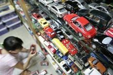 <p>Immagine d'archivio degli scaffali di un negozio di giocattoli a Shanghai. REUTERS/Aly Song (CHINA)</p>