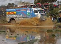 """<p>""""Камаз"""" российского гонщика Фирдоуса Кабирова на участке ралли Дакар в Португалии, 31 декабря 2005 года. Впервые за свою 30-летнюю историю знаменитое ралли Дакар было отменено из-за угроз безопасности проведения соревнования на территории Мавритании, где в декабре были убиты четверо французских туристов, сообщили в пятницу организаторы гонки. (REUTERS/Jose Manuel Ribeiro)</p>"""