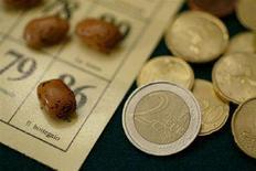 <p>Immagine d'archivio di monete accanto a una tombola. BLIFE REUTERS/Tony Gentile DJM</p>