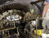 <p>Operai statunitensi al lavoro in un tunnel a New York. REUTERS/Chip East (UNITED STATES)</p>