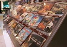 <p>Selon des estimations du cabinet d'analyse Adams Media Research, les ventes de DVD ont chuté de 4,5% en 2007 aux Etats-Unis, marquant la première baisse d'une année sur l'autre depuis le lancement du format en 1997. /Photo d'archives/REUTERS/Steve Marcus</p>