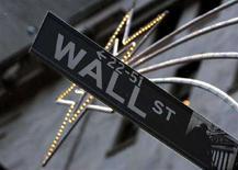 <p>Un'insegna indica Wall Street. REUTERS/Brendan McDermid</p>