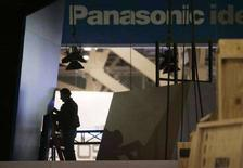 <p>Un operaio sistema un monitor nello stand della Panasonic a una fiera a Las Vegas. REUTERS/Las Vegas Sun/Steve Marcus</p>
