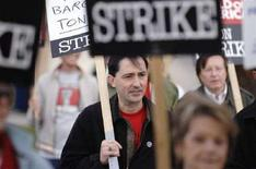 <p>Patric Verrone, al centro, presidente del sindacato degli autori, durante una manifestazione. REUTERS/Phil McCarten (UNITED STATES)</p>
