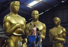 <p>Dena D'Angelo e Virginia Belloni lavorano alle statue degli Oscar per l'80esima edizione degli Academy Awards. REUTERS/Phil McCarten (UNITED STATES)</p>