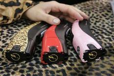 <p>Le pistole a scariche elettriche Taser con stampe fantasia dotate anche di lettore musicale nella fondina. REUTERS/Steve Marcus (UNITED STATES)</p>