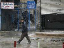 <p>Un abitante di Baghdad passeggia per le strade della città sotto la neve. REUTERS PICTURE</p>