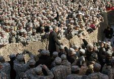 <p>Soldati Usa in Kuwait durante una visita del presidente George W. Bush. REUTERS/Kevin Lamarque (KUWAIT)</p>