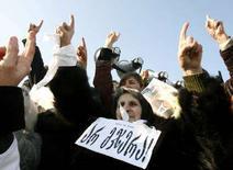 """<p>Участники митинга оппозиции в Тбилиси 13 января 2008 года. Оппозиция в Грузии собрала в воскресенье в центре Тбилиси многотысячный митинг, протестуя против итогов досрочных президентских выборов, согласно которым победу одержал бывший президент страны Михаил Саакашвили. Слова на плакате означают """"Я Вам не верю"""". (REUTERS/David Mdzinarishvili)</p>"""