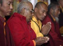<p>Monaci buddisti in preghiera durante la cerimonia in ricordo di Sir Edmund Hillary oggi a Kathmandu. REUTERS/Gopal Chitrakar</p>